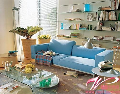 浅蓝色沙发 玻璃茶几营造客厅冰凉感