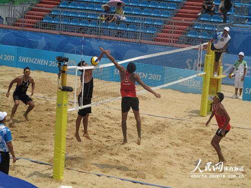 男子沙滩排球比赛现场.人民网记者 李栋摄-天气热大运更热 沙排队员