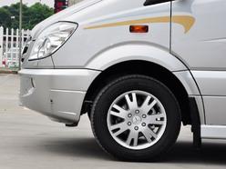 由于不需要考虑太多操控层面的问题,斯宾特的车轮尺寸相对于整个车身来说是非常小的,不过也正是这样,车厢获得了更多可是应用的空间。