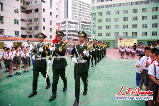深圳民警与小学生举行开学升旗仪式图片