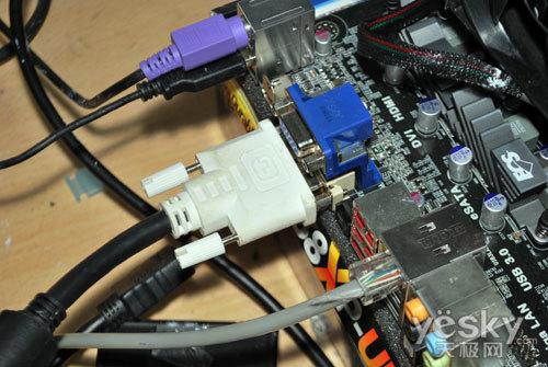 将显示器连接线接入主板接口