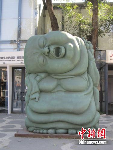 2011北京798艺术节户外雕塑展引游客兴趣
