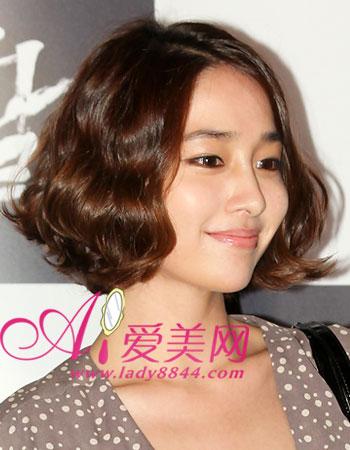 李敏贞短发造型中最爱蛋卷头,中分的长刘海而波浪的弧度,映衬她极