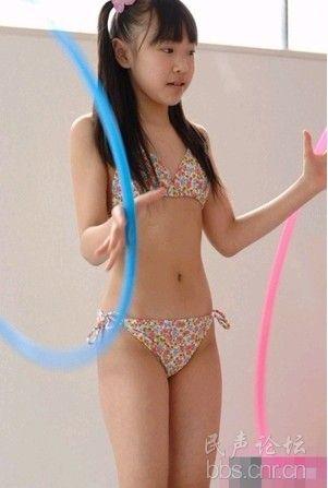 日本小学女生身穿比基尼出镜