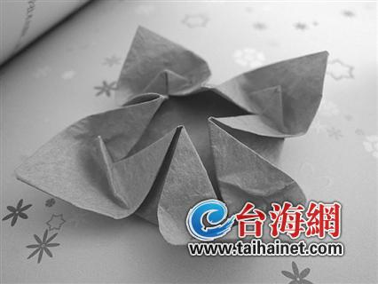 销售人员介绍,除了传统的小白花外,还有百合,莲花,玫瑰等纸花款式可以
