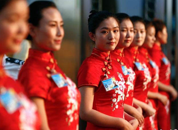 组图:美女礼仪小姐静候博鳌论坛开幕