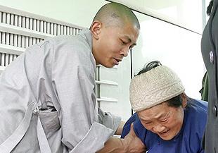 少林寺救援队为芦山震灾区民众治疗(组图)