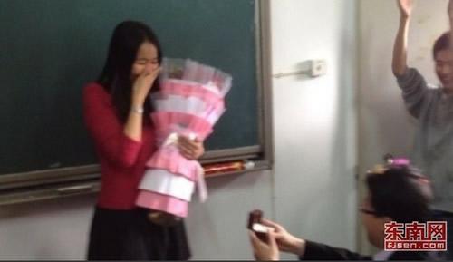 优雅少女课:三位美女老师教女学生们外修仪表