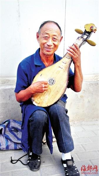 老徐弹着他心爱的土琵琶-街头卖艺的琵琶翁