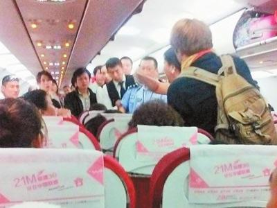 西双版纳飞昆明航班乘客斗殴:老太太揪老外头发(图)