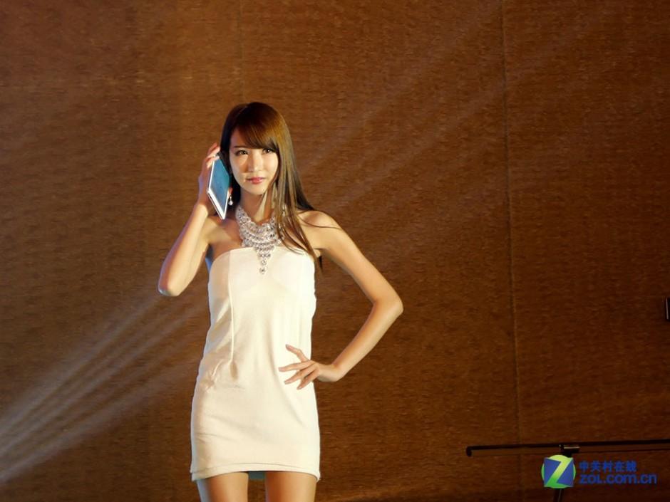 美女模特走台助阵 台电x98