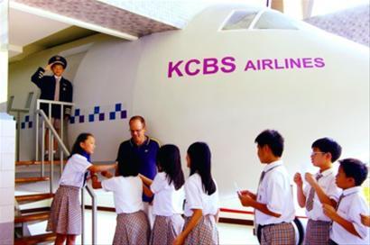 """学生在""""英语村""""的飞机机舱中进行实景模拟对话"""
