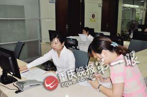两江新区市场和质量监督管理局工作人员在工作