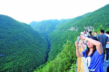 奉节县,天坑地缝生态旅游景区每年吸引大量游客.