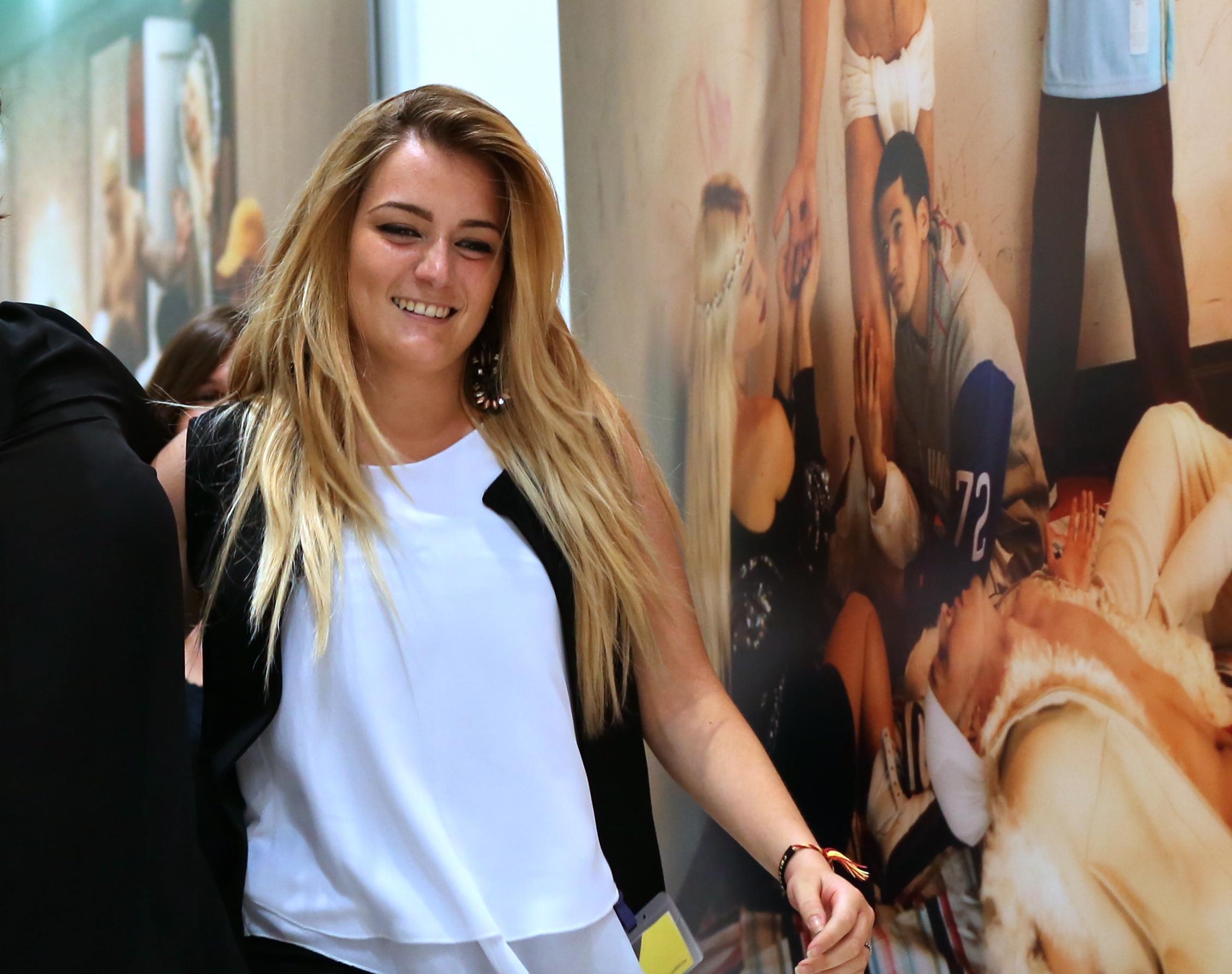 新华社照片,罗马,2015年7月7日   (锐视角)(2)欧洲设计学院毕业生和她们的毕业时装秀   7月6日,在意大利罗马展览宫,弗朗西斯卡在时装秀结束后亮相。弗朗西斯卡设计的参展作品是睡衣。她家从1920年起经营一家睡衣店。她毕业后准备到其他品牌公司取经,再经营自己家的店铺,或者创立品牌。   当日,欧洲设计学院服装设计系毕业作品秀在罗马展览宫举行,作品秀共展示29名毕业生的42套时装作品。欧洲设计学院成立于1966年,除在意大利罗马、米兰、都灵等7个城市设有学校外,还在西班牙马德里、巴塞罗那等地设