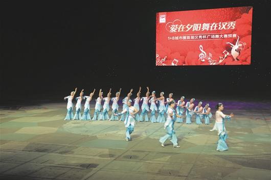 而在汉秀剧场舞台上载歌载舞的