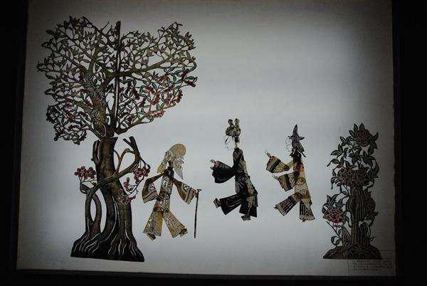 本报讯   (记者赵亮)昨日,皮影艺术精品展在山西黄河美术馆开展,300余件皮影作品亮相。   本次展览的皮影全部来自侯马皮影艺术研究室,展出作品以历史人物为主,包括《三国人物脸谱》《红楼梦十二钗》《中国古代四大美女》等。作品《水浒传人物》形象生动,皮影采用阳刻手法,人物面容轮廓清晰,豹子头林冲长发飘飘,举止潇洒,黑旋风李逵身材魁梧,脚踩长靴,前脚平、后脚翘,动感十足。山西皮影兴于清代,主要分布在侯马、新绛、曲沃等地,其造型受到陕西东路皮影影响,人物造型的特点是精细秀丽。山西皮影艺术世代相传,传