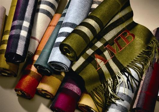 楚天都市报讯   日前,英伦标志性奢侈品牌Burberry推出了全新的Burberry专属ScarfBar围巾艺术创意专区服务,英伦制造的全新款式及颜色优雅亮相,倾心为顾客提供更多选择。   Burberry标志性围巾产自苏格兰的有着逾越百年悠久历史的传统工厂,两家工厂均以高品质的原料和精湛的工艺而著称。每条围巾均臻选100%羊绒并于传统织机上织就,然后采用苏格兰地区的纯天然的山泉水洗涤,最后由经验丰富的工匠使用代代相传的手工艺匠心制就。   在全新的ScarfBar围巾艺术创意专区里,Burber
