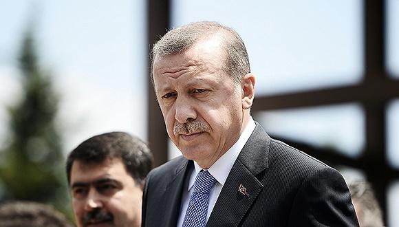 土耳其周日表示,在伊拉克政府的敏感情绪得到安抚前,将停止继续向该国北部的摩苏尔市附近派兵。此前,伊拉克政府威胁称将求助于联合国,强迫土耳其撤兵。   上周四,一支营级规模的土耳其装甲部队越过伊土边境进入伊拉克,并部署在被ISIS占领的摩苏尔市附近。新华社援引当地媒体的报道称,这支土耳其部队将前往摩苏尔附近的一个伊方军营,帮助训练那里即将参与收复摩苏尔战役的伊拉克准军事部队。   但伊拉克对此似乎并不买账。伊拉克总统马苏姆当天通过其办公室发表声明说:一支来自邻国土耳其的部队开进了伊拉克的领土内,这是