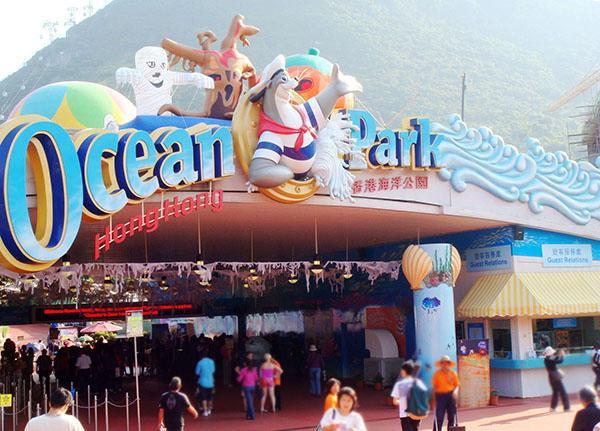 12月7日,香港海洋公园公布2015至2016年业绩报告显示,在去年7月1日至今年6月30日期内,亏损达到2.4亿港元,为30年来(1987年以来)最大亏损,原因与大陆游客人数下降有关。但尽管如此,香港海洋公园却宣布2017年1月1日起门票价格将上调,加价幅度近14%。